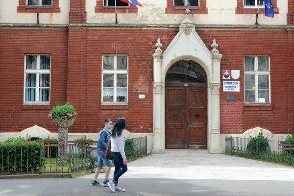 Gymnázium Šrobárova. Nedávne voľby členov rady školy tam mali sprevádzať viaceré ťažko vysvetliteľné úkazy.