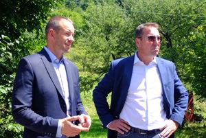 Minister Brecely (vpravo) tvrdí, že si cestu berie pod patronát.