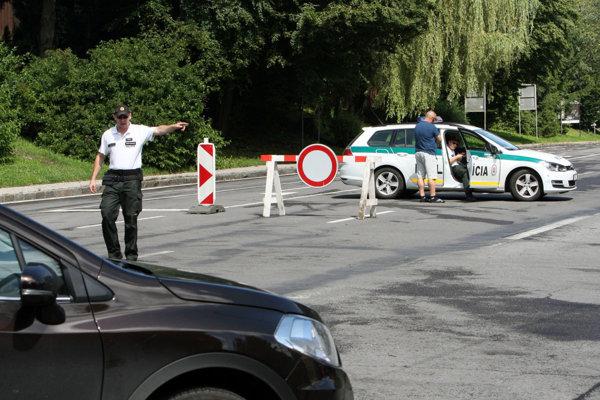 Policajti posielajú osobné autá v oboch smeroch cez Krahule.
