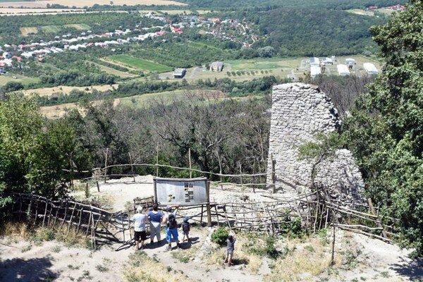 Aj Viniansky hrad patrí medzi vyhľadávané turistické ciele.