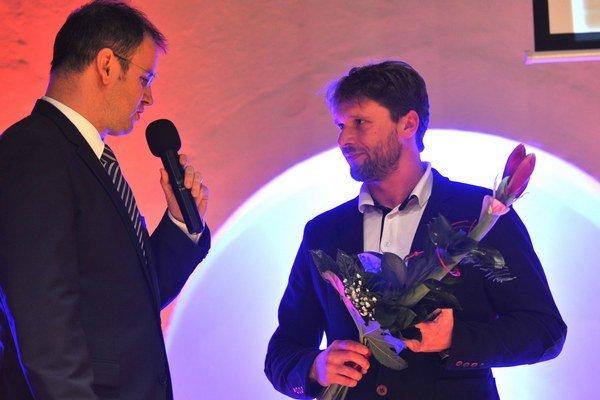 S moderátorom Marcelom Merčiakom. Dušan Michalčík preberá ocenenie za tím futsalistov.