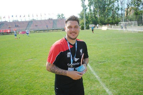 Hlavný tréner FC Liverpool U12. Michael Yates počas prešovskej Fragarie.