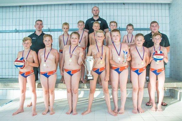 Víťazi. Z bazéna vylovili zlaté medaily.