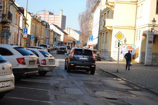 Jarková ulica. Rekonštrukcia sa má financovať zúveru.