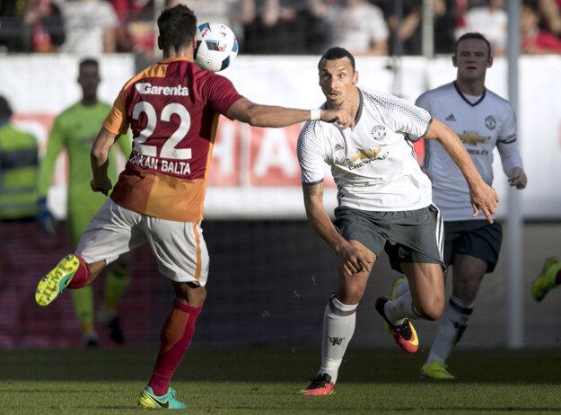 Zlatan Ibrahimovič (v strede) si obliekol dres Manchestru United už aj v priateľskom zápase vo švédskom Göteborgu proti Galatasarayu Istanbul. Strelil aj gól.