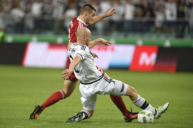 Matúš Bero (v červenom) v súboji so stopérom Legie Michaelom Pazdanom.