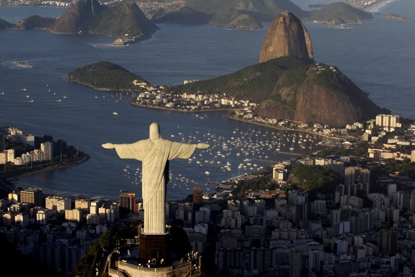 Socha Ježiša Krista žehnajúca Rio de Janeiro z kopca Corcovado.