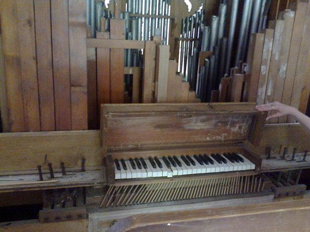 Starý organ ničí aj padajúci materiál zo stropu kostola.