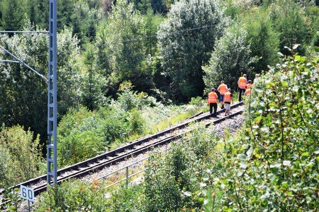 Pracovníci železníc na obhliadke poškodených koľajníc.