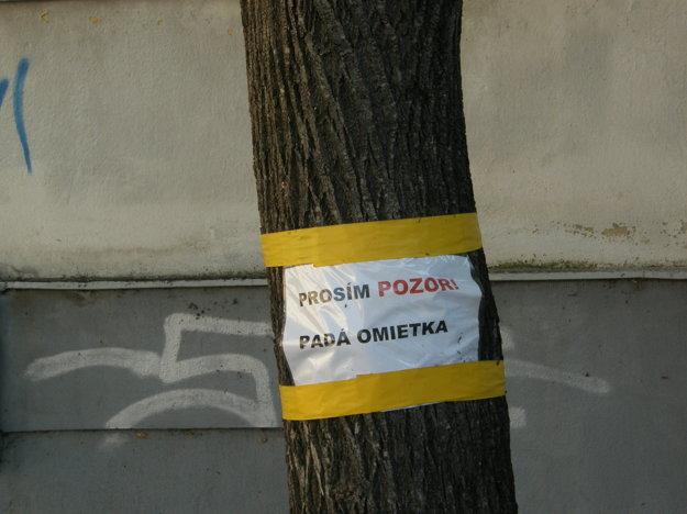 K tabuli na budove pribudli aj oznamy na stromoch.