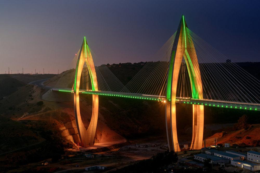 Na osvetlenie použili dynamické LED osvetlenie, ktoré dokáže postupne meniť farebnosť mosta.