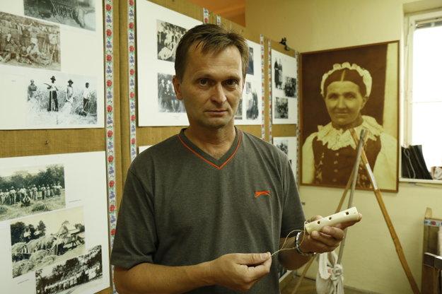 Starosta Dušan Ďuriš ukazuje jeden z originálnych exponátov Handrárskej izby – kostenú píšťalku.