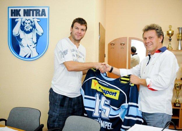 Na jeseň 2012 sa pod Zobor vrátil najslávnejší odchovanec Jozef Stümpel. Privítal ho riaditeľ klubu Ján Plandora.