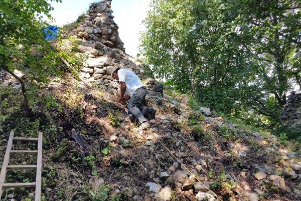 Práce na oprave Muránskeho hradu.