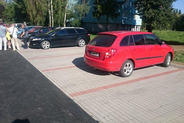 Matice slovenskej. Vzniklo 11 nových parkovacích miest. Upravili aj cestu.