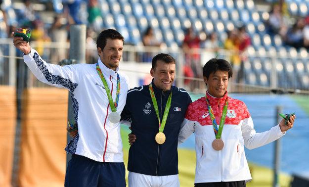Slovensko včera získalo s jedným pretekárom jeden a pol medaily. Juraj Beňuš vľavo, vpravo Takuja Haneda.