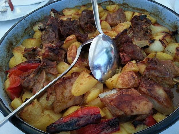 Jedlá Pod Peko sú pripravované v špeciálnych kamenných peciach.
