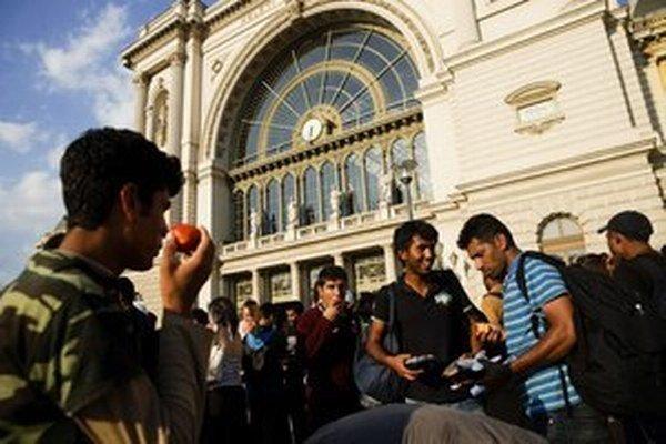 Migranti na budapeštianskej stanici Keleti.
