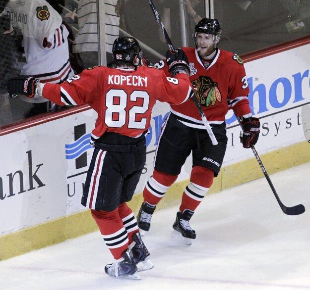 Kris Versteeg (vpravo), má bohaté skúsenosti z NHL. So Chigagom sa dvakrát tešil zo Stanleyho pohára. Teraz preverí v drese Bernu Košičanov.