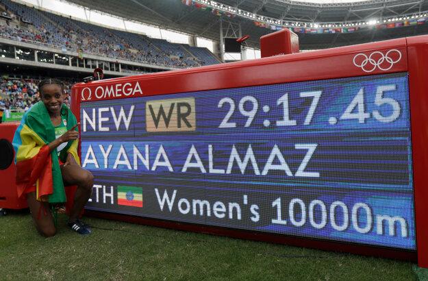Almaz Ayanová pózuje pri výsledkovej tabuli. Etiópčanka utvorila nový svetový rekord.