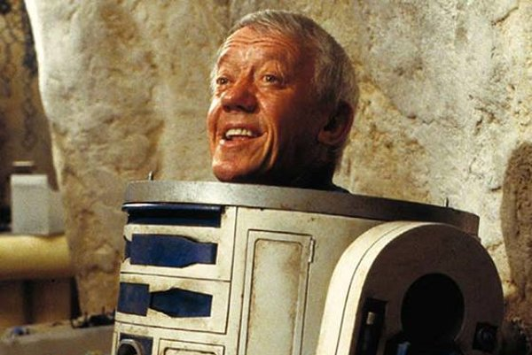 Kenny Baker ako R2-D2.
