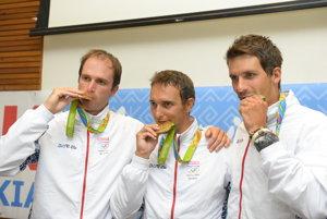 Bratranci Škantárovci a Matej Beňuš (vpravo) pózujú s medailami z Ria.