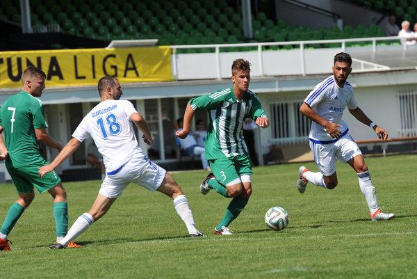 Akcia pred druhým gólom. Zakončil ju M. Petko (druhý sprava), ktorý si poradil sobranou Trebišova.