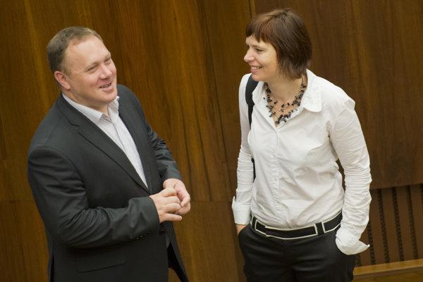 Opozoční poslanci vpravo Veronika Remišová a Richard Vašečka.