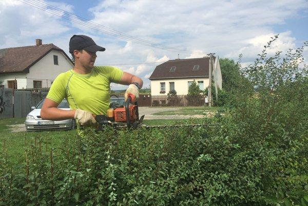 Samozvaný záhradník. Dominik Karaffa má teraz opletačky spolíciou.