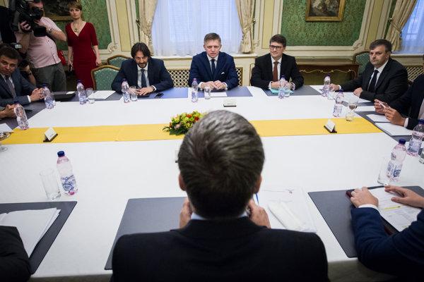 Minister kultúry Marek Maďarič sedel ešte v júni na koaličnej rade po boku premiéra a ministra vnútra Roberta Kaliňáka.