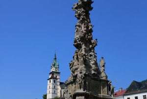 Morový stĺp Najsvätejšej Trojice na Štefánikovom námestí v Kremnici. V strede námestia stál do roku 1880 farský Kostol Panny Márie. Kvôli klesaniu podložia po banskej činnosti ho museli rozobrať.