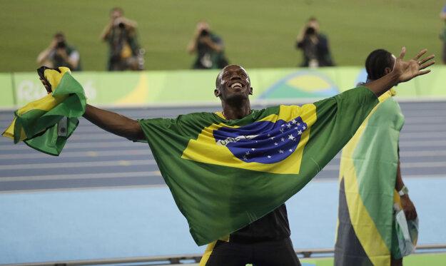 Usain Bolt oslavoval aj s brazílskou vlajkou.