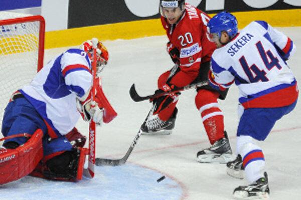 Andrej Sekera (vpravo) počas zápasu s Kanadou.