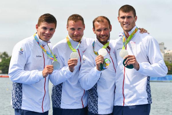 Zľava Denis Myšák, Erik Vlček, Juraj Tarr a Tibor Linka pózujú so striebornými medailami.