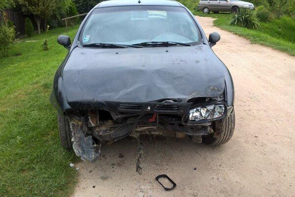 Poškodené osobné motorové vozidlo Fiat, ktoré zišlo z príjazdovej cesty na hrádzi.