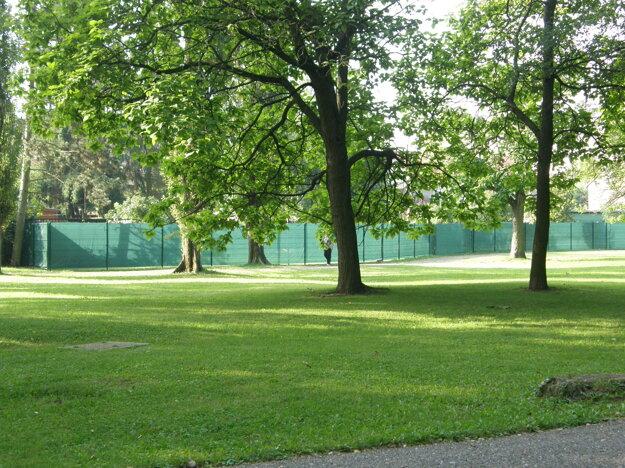 Podľa mesta takýto plot do verejného parku nepatrí.