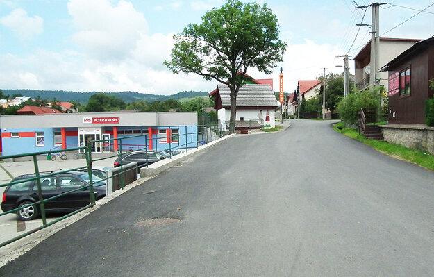 Nanovo vyasfaltovaná cesta v centre dediny oproti kostolu.