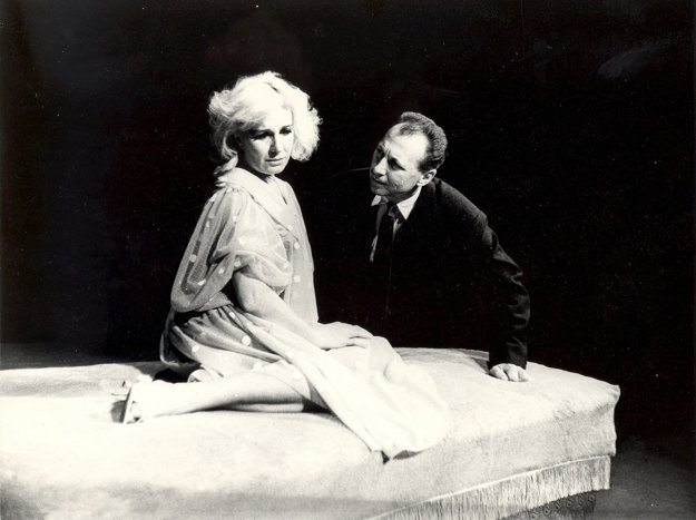 Mária Kráľovičová a Ladislav Chudík v divadelnej hre Arthura Millera Po páde (1964) na doskách Slovenského národného divadla