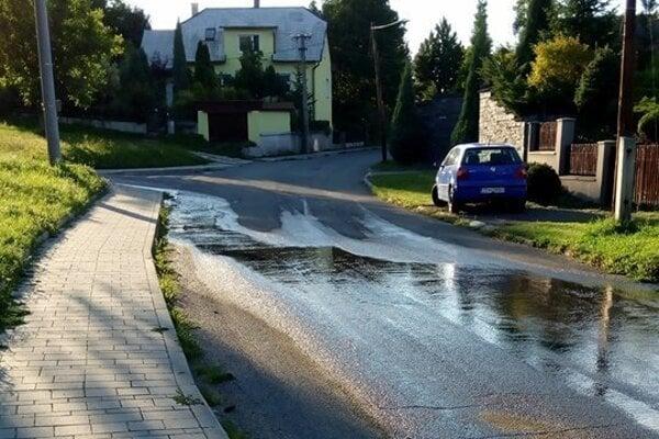 Voda z cintorína zaliala celú ulicu.