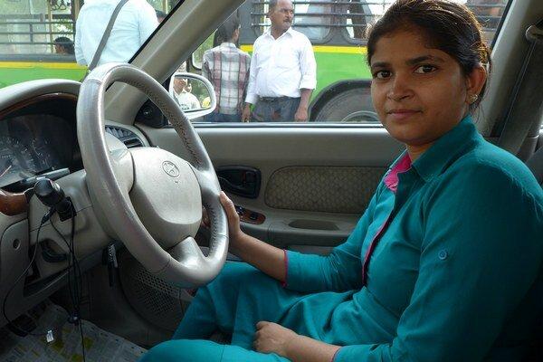 Kushi sa okrem šoférovania musela naučiť orientovať vmapách aj hovoriť po anglicky.