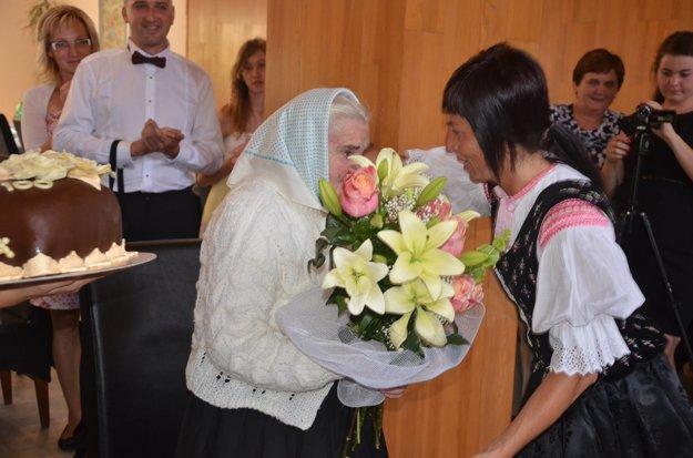 Poblahoželať prišla aj starostka obce.