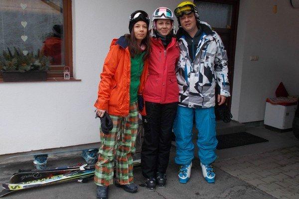 Slávo, Lucia a Dominika z Prešova trávia víkend lyžovčkou v Jasnej, nevolili v lyžiarskom stredisku ale v neďalekej Pavčinej Lehote.