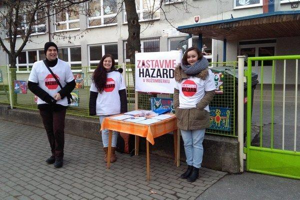 Aktivisti sa striedali pri volebných miestnostiach od ich otvorenia až do ôsmej večer.