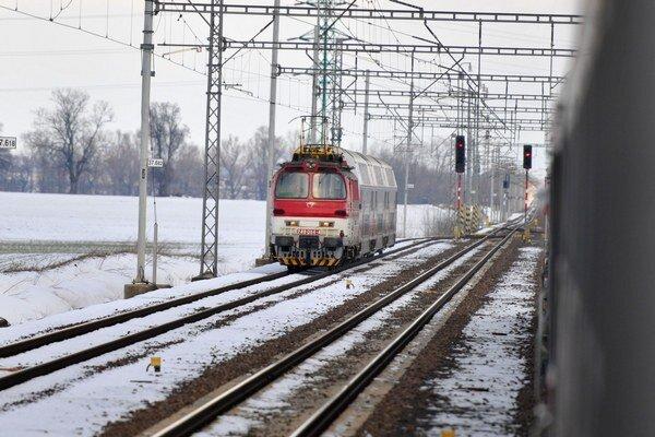 Na približne pol kilometrovom úseku od poslednej výhybky v Paludzi v smere na Liptovskú Teplú železničiari vymenia oba koľajnicové pásy.