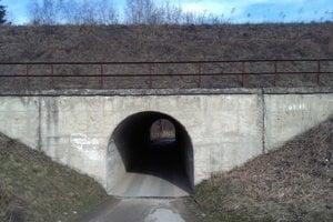Úzky tunel pod traťou.