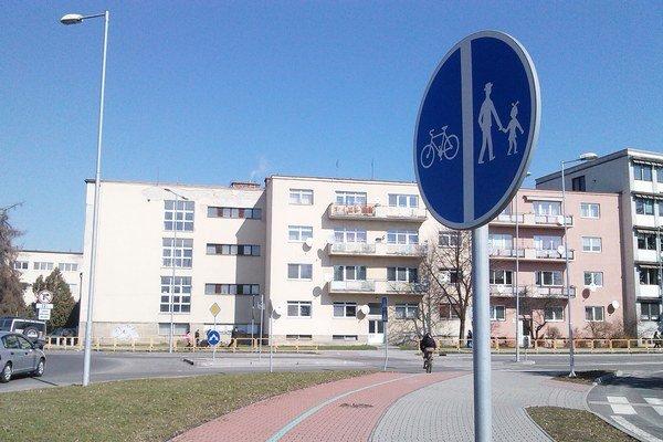Mikulášsku cyklotrasu chcú napojiť na existujúci chodník popri Váhu na Alexyho ulici pri garážach.