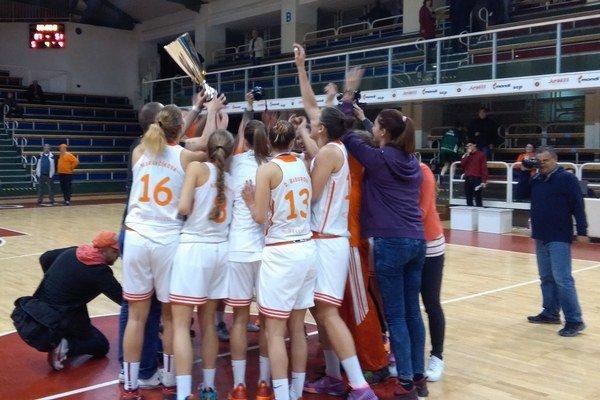 Ružomberské basketbalistky oslavujú zisk bronzových medailí.