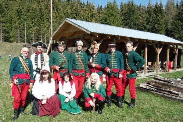 Strelci z Vavrišova trénovali na strelnici v dobových kostýmoch.