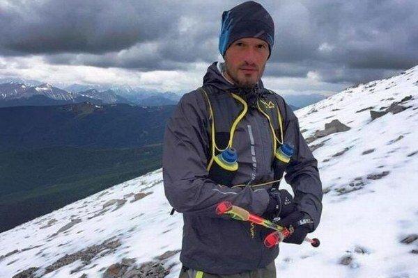 Mário Srník. Začal behať pred piatimi rokmi. Dnes patrí kuznávaným ultramaratóncom. Inšpiroval stovky ľudí. Bežal vSkalnatých vrchoch, varizonskej púšti ivamazonskej džungli.