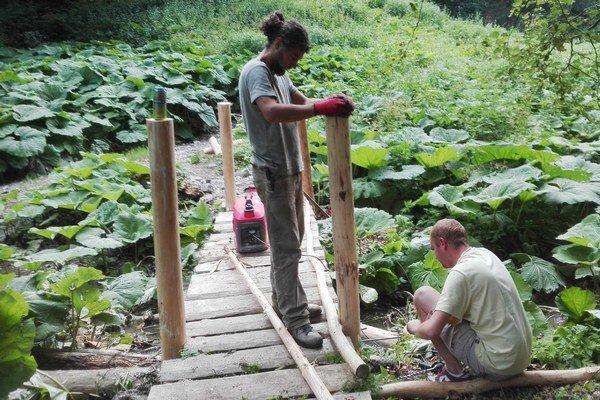 Autori chodníka vyzývajú návštevníkov na spoluprácu. Fotky apostrehy znávštevy môžu posielať na email : cutkovskadolina@gmail.com alebo na facebook: Čutkovská-dolina-Známa-Neznáma.